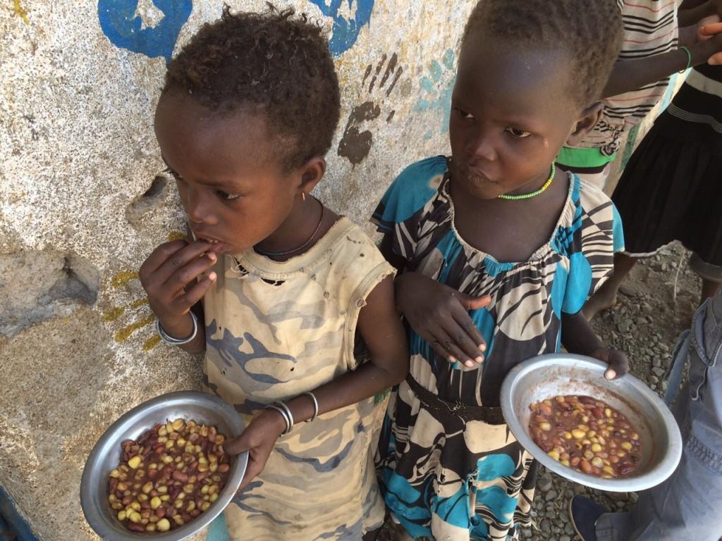 Niñas de Kenia comiendo.