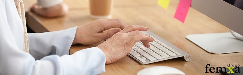 tutor online trabajando en su ordenador