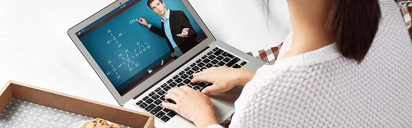 Persona viendo vídeos de plataforma e-learning en un portátil