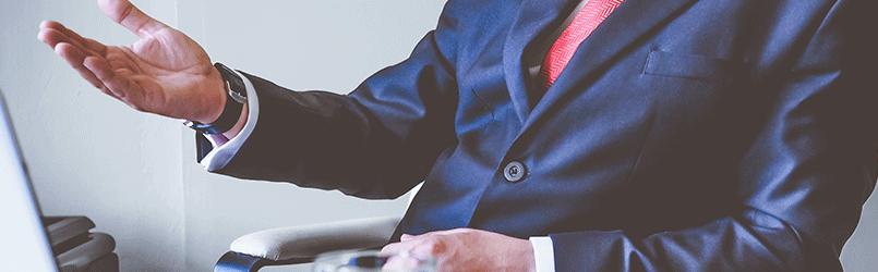 Persona con traje y corbata representanto empresario de formación