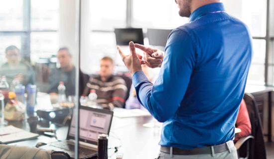 Reunión en empresa, que representa la formación para empresas programada