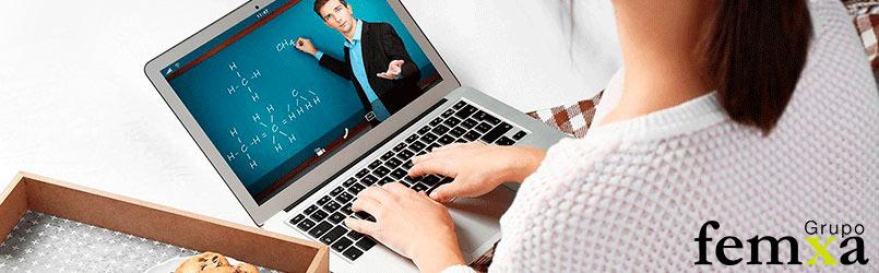 persona visualizando una formación en vídeo