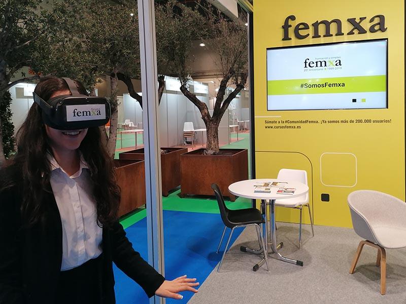 usando las gafas de realidad virtual de femxa en la semana de la educación